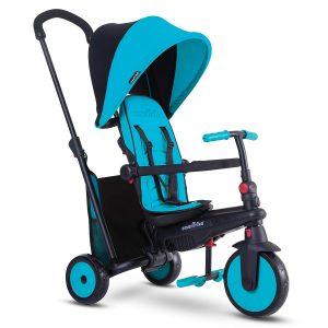 Ce tricycle évolutif Smart trike 300 + est de couleur bleu et noir.