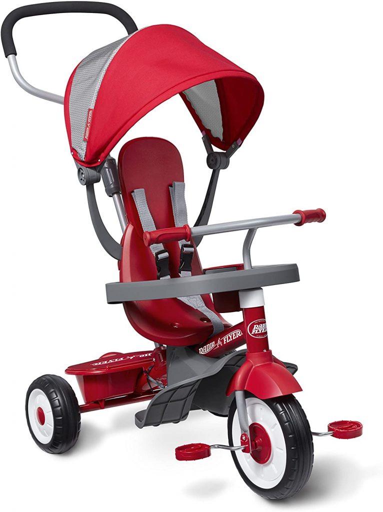 Le tricycle pour bébé radio flyer est de couleur rouge et grise.