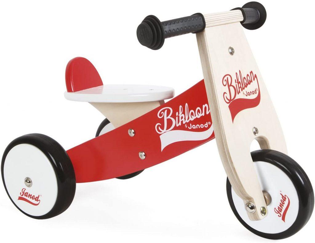 Ce vélo sans pédale à 3 roues de la marque Janod est parfait pour les petits dès 1 an.