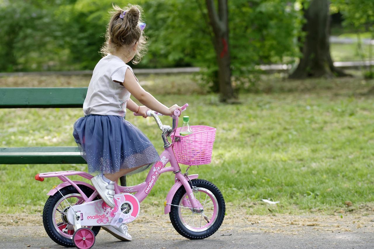 Pour apprendre à votre enfant à faire du vélo dans de bonnes conditions, lisez nos conseils.