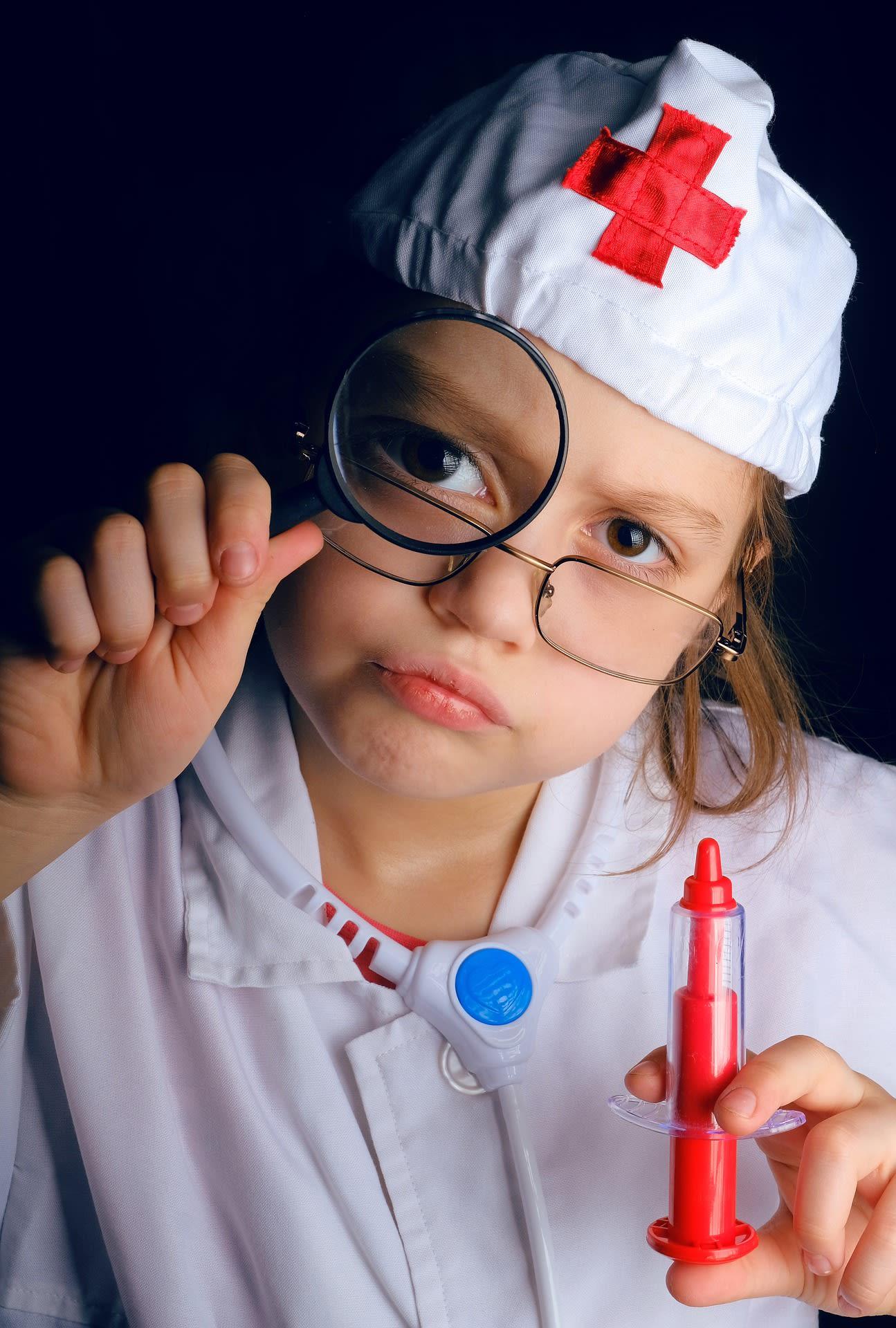 Il existe un grand nombre de jeux d'imitation pour enfant comme la mallette de docteur.