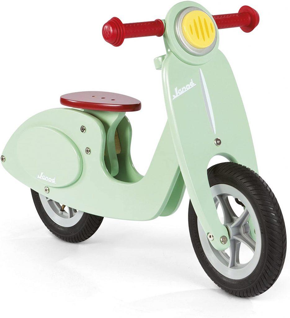 Cette draisienne scooter en bois Janod est de couleur verte.