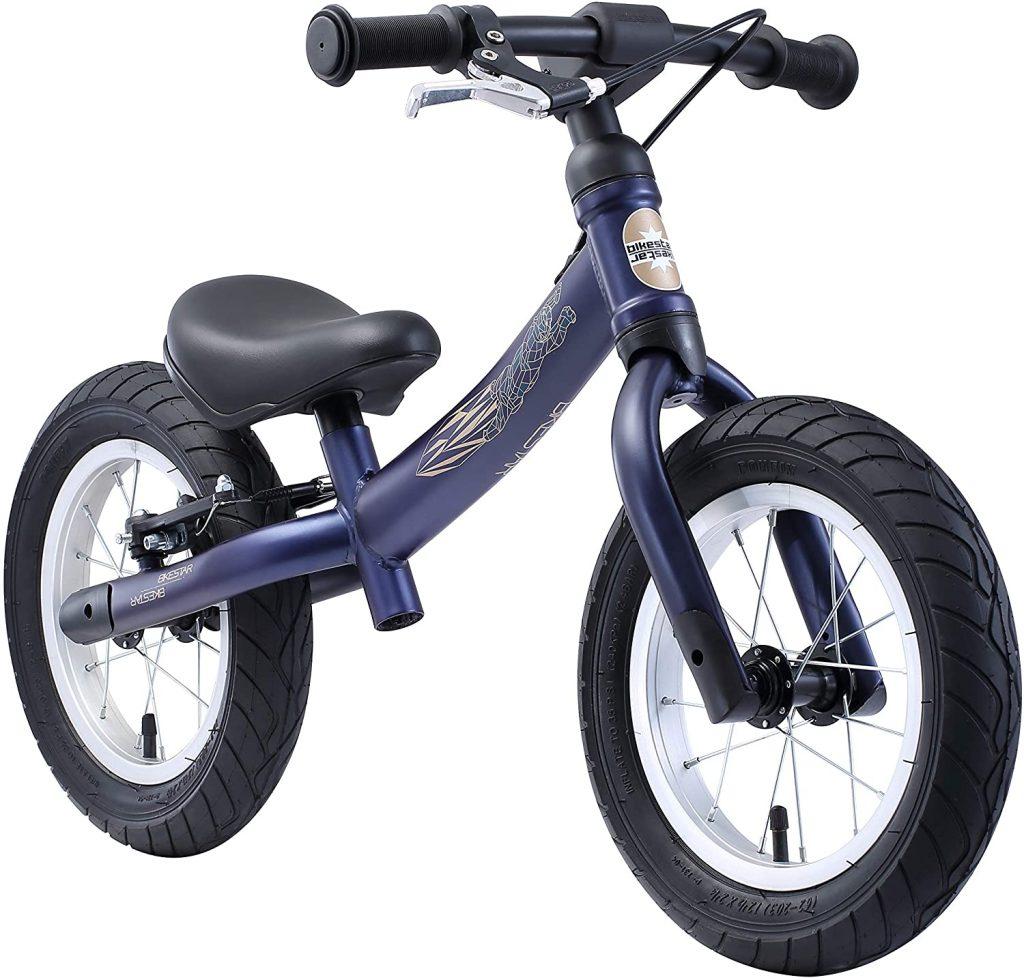 Ce vélo sans pédale Bikestar convient aux enfants de 3 à 4 ans.