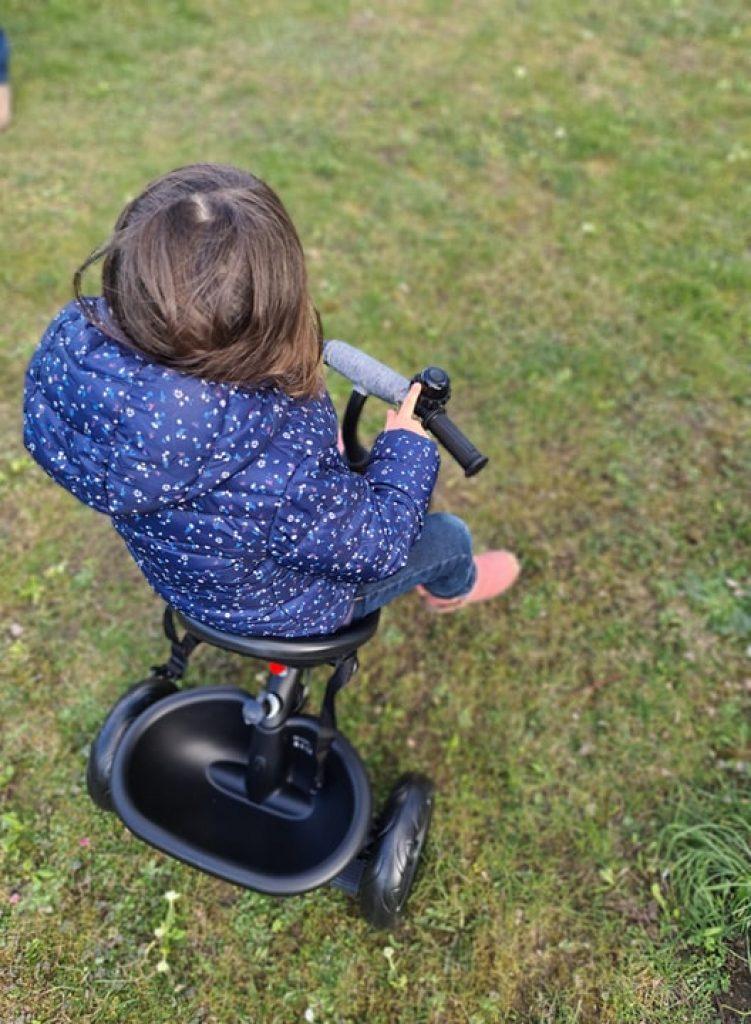 Le tricycle Freeway de Kinderkraft comporte une sonnette.