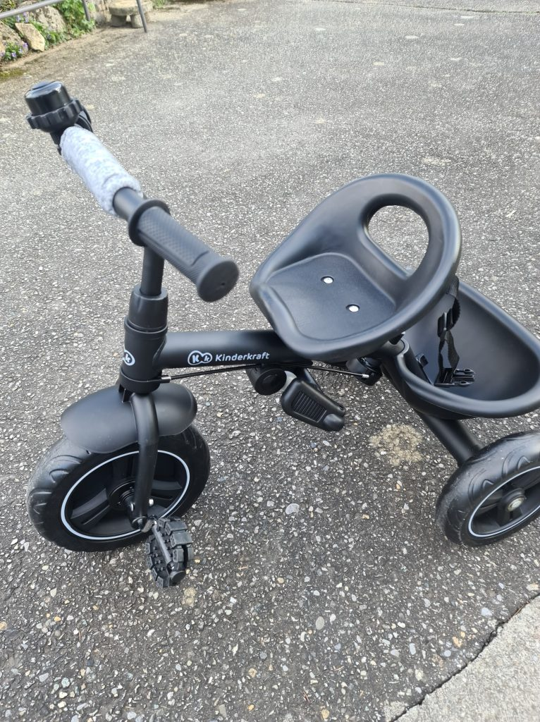 Ce tricycle enfant est de couleur noire.