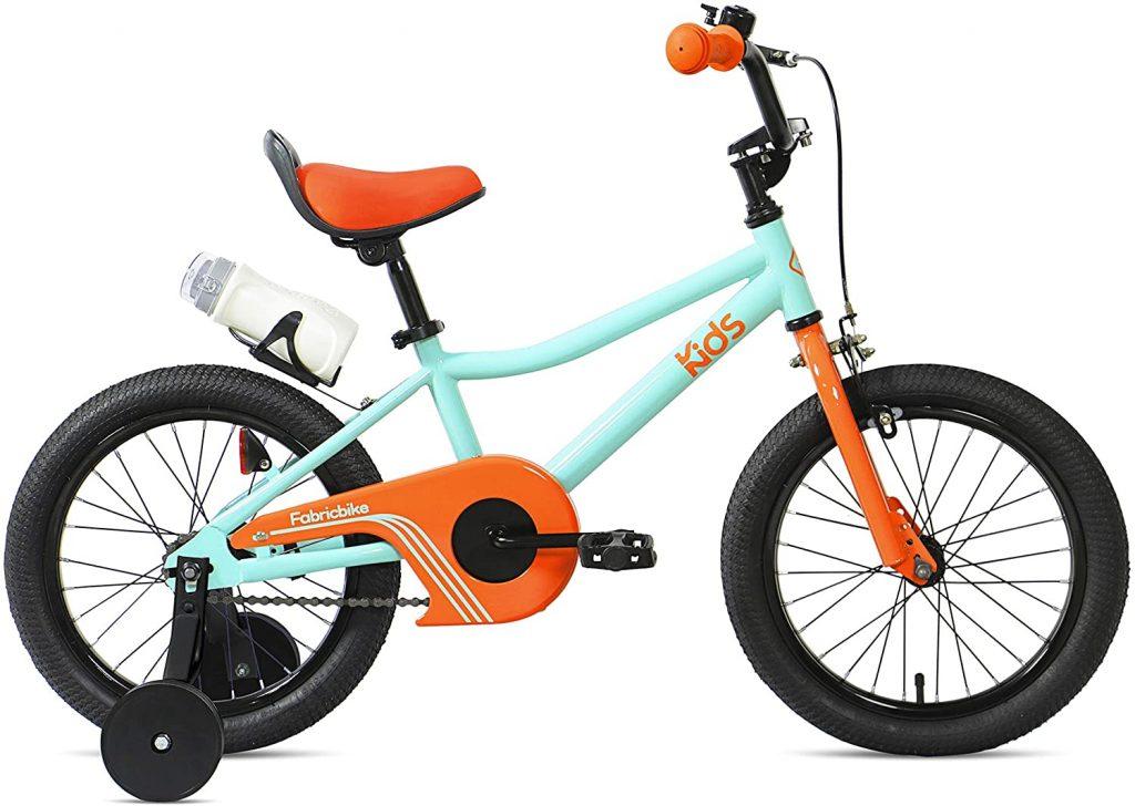 Le vélo 16 pouces FabricBike Kids est orange et bleu.