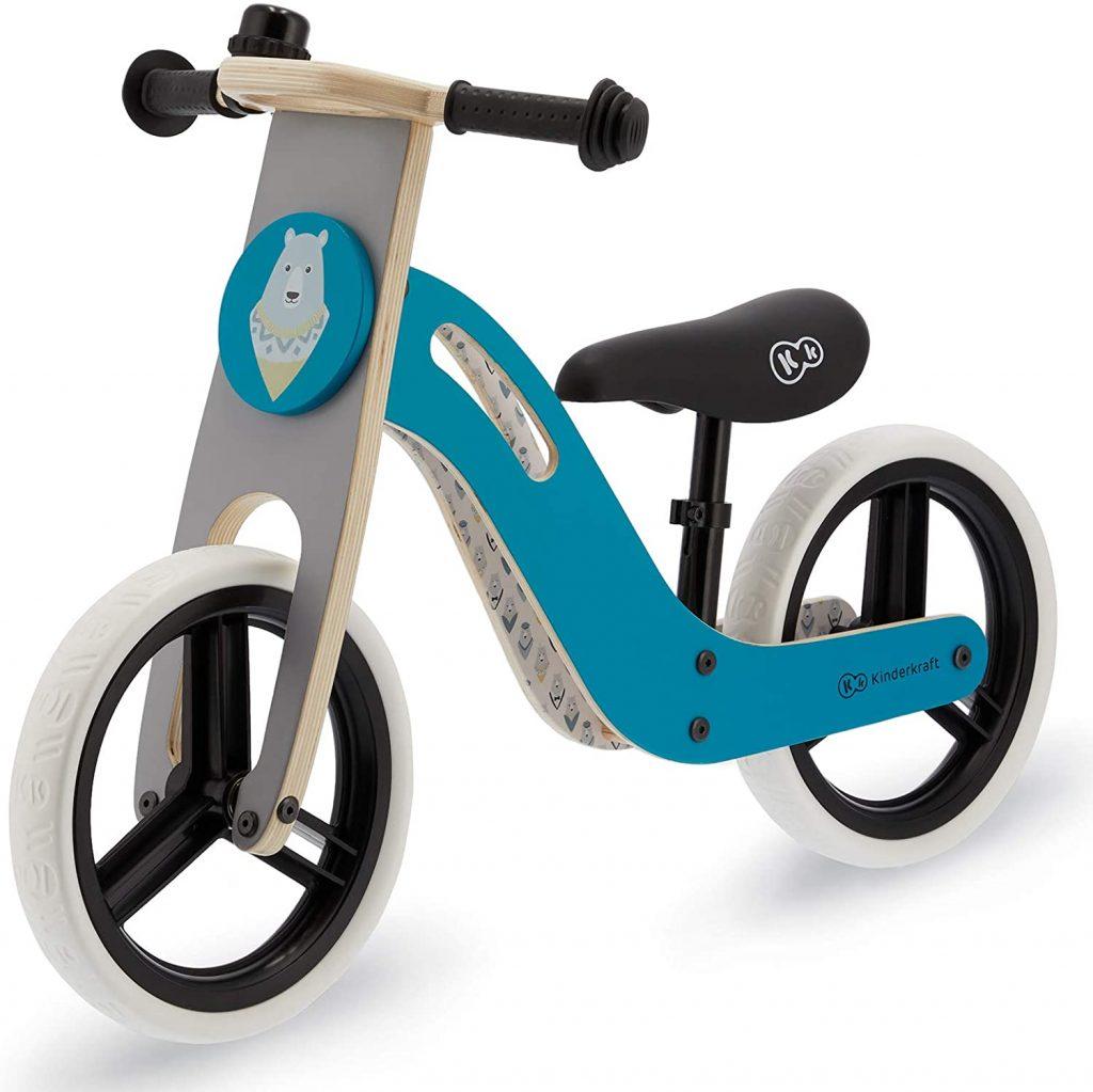 Ce vélo sans pédale Kinderkraft Uniq a un cadre en bois.