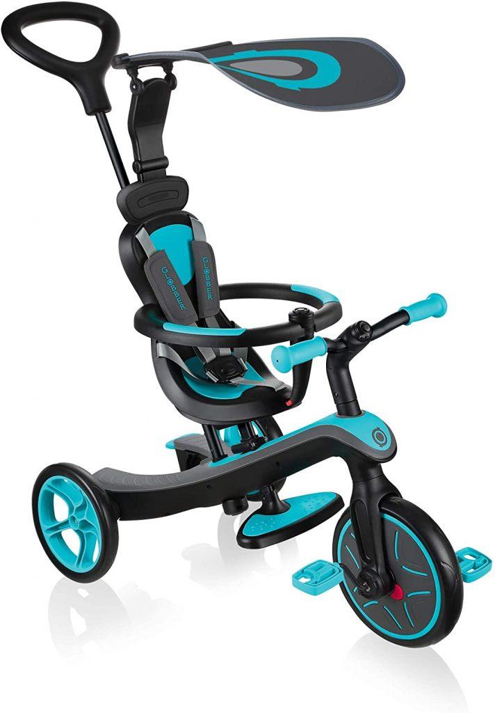 Ce tricycle évolutif Globber 4 en 1 est de couleur bleue et noire.
