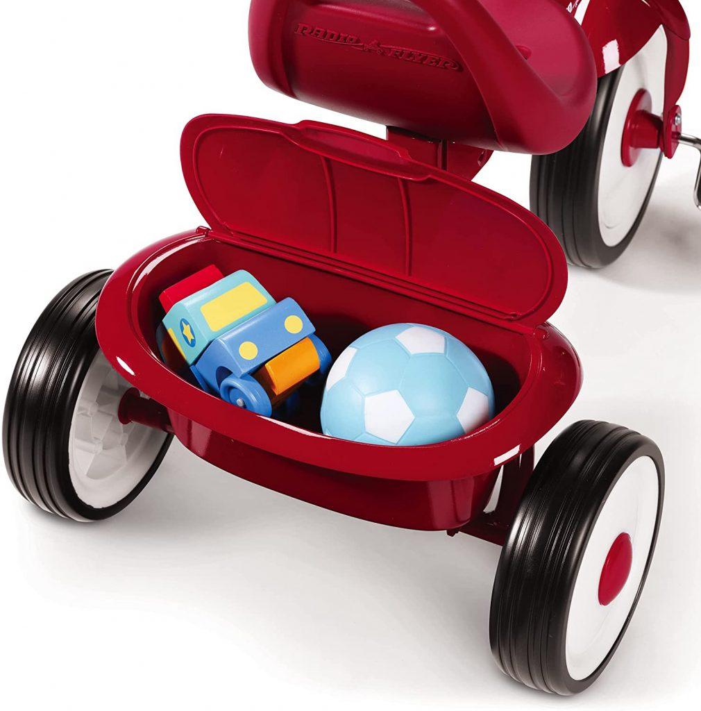 La benne à l'arrière du tricycle pour bébé radio flyer fold 2 go permet de stocker des petits jouets.