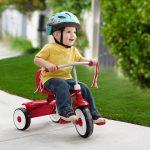 Le tricycle pour bébé radio flyer fold 2 go est rouge et blanc.