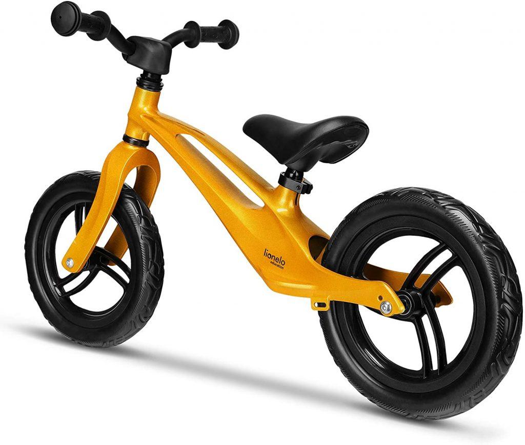 Ce vélo sans pédale Lionelo est de couleur Or.